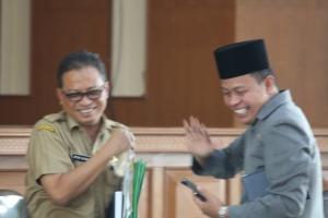 Gambar 11. Mantan Sekwan Kota Payakumbuh Atur Satria dengan ketua DPRD YB. Dt. Parmato Alam