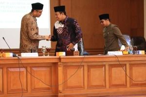 Gambar 23. Walikota Payakumbuh Riza Falepi bersalaman dengan ketua DPRD YB Dt. Parmato Alam usai membacakan nota penjelasan 9 ranperda