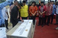 Didampingi Walikota Riza Falepi, Gubernur Irwan Prayitno menandatangani prasasti tanda diresmikannya proyek PSDA  senilai Rp65,7 M di Payakumbuh, Jum'at lalu.-1