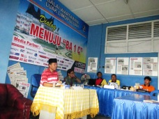 Foto 13 A. Irfendi Arbi ketika berdialog dengan anggota BW Luak Limopuluah