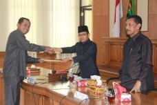 Foto 13. Sekretaris Pansus III DPRD Kota Payakumbuh Syafrizal serahkan naskah 4 ranperda kepada pimpinan DPRD.