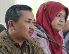 Foto 14. Ketua Fraksi Partai Gerindra H. Fitrial Bachri didampingi Wulan Denura.