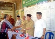 LANSIA-Ketua Kelompok Lansia Payakumbuh dr Iskandar menerima SK dari Wawako Suwandel Mukhtar dan Anggota DPRD Edward DF
