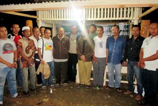 Anggota DPRD Payakumbuh Edward DF juga ikut ronda malam bersama warga di Kelurahan Padang Tangah Payobadar