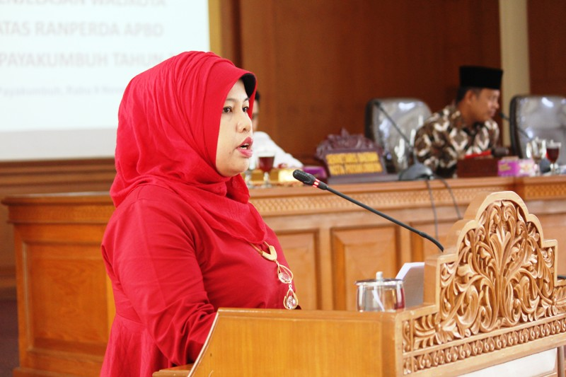 Juru Bicara F-PAN DPRD Payakumbuh, Husrina Jamhur dalam Sidang Paripurna. S.Pd