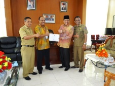 Ketua DPRD Kota Payakumbuh H. YB. Dt. Parmato Alam mengundang Pahlawan Pertanian, Juara I Tingkat Nasional Lomba Ketahanan Pangan di Ruang Kerjanya.