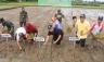 TANAM PADI - Walikota Payakumbuh diwakili Asisten II Setdako Amriul Dt. Karayiang, bersama Ketua DPRD Payakumbuh H. YB. Dt. Parmato Alam, lakukan tanam padi sebagai bentuk mewujudkan program tanam padi serentak di kota itu, Sabtu (18/2).