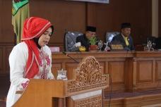Juru Bicara DPRD Payakumbuh, Wulan Denura Saat Membacaakan LKPj Walikota Payakumbuh Tahun 2016 di Sidang Paripurna Istimewa