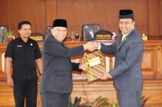 Ketua DPRD Payakumbuh H. YB Dt. Parmato Alam Menyerahkan Rekomendasi DPRD Terhadap LKPj Walikota Payakumbuh Tahun 2016 Yang Diterima Lansung Oleh Wakil Walikota Suwandel Muchtar