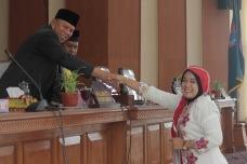 Usai Membacakan LKPj Wako Tahun 2016, Wulan Denura Bersalaman Dengan Wakil Walikota Payakumbuh